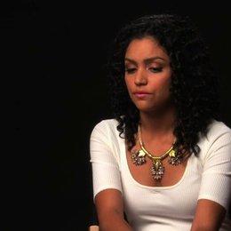Bianca Santos über Debbies Tod und was dieser in Gang setzt - OV-Interview Poster