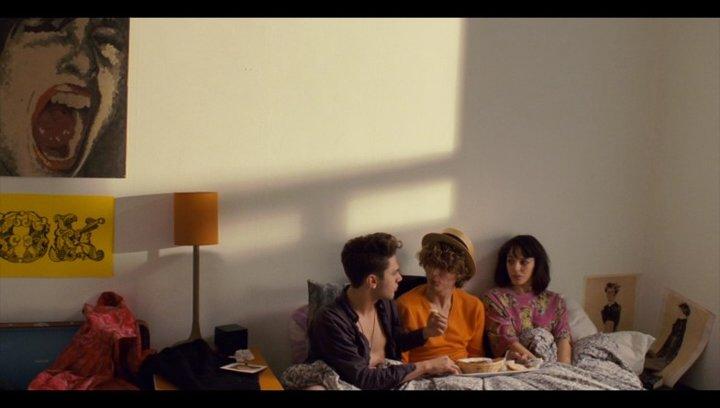 Der Morgen danach: Das Trio im Bett - Szene Poster