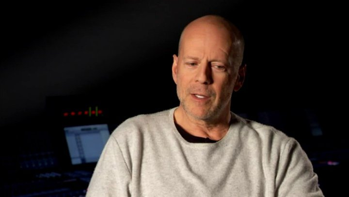 Bruce Willis - Joe - älter - über Joseph Gordon-Levitts jüngere Version von ihm - OV-Interview Poster