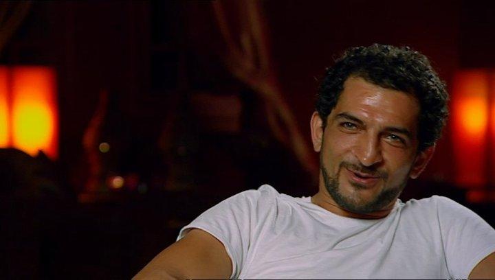Amr Waked - Scheich Muhammed über das Training mit der Angelrute - OV-Interview Poster