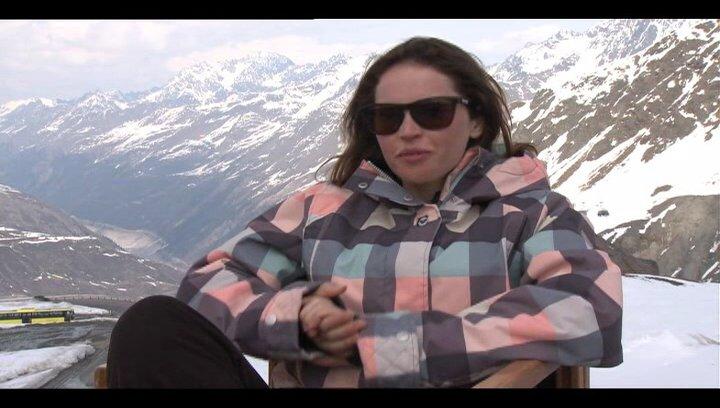 Flicity Jones (Kim) über das Snowboarden - OV-Interview Poster