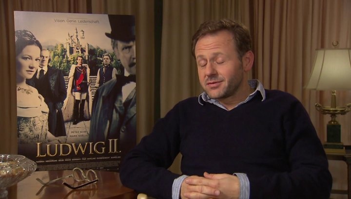 Samuel Finzi darüber, was ihn an der Rolle gereizt hat - Interview Poster