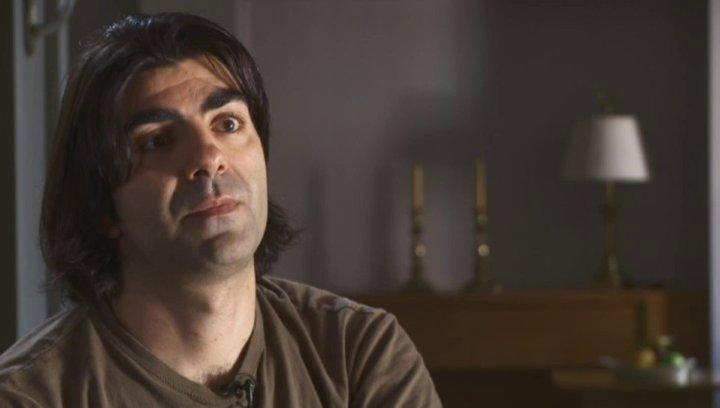 Fatih Akin erklärt, was für ihn der Unterschied zwischen Dokumentarfilm und Spielfilm ist - Interview Poster