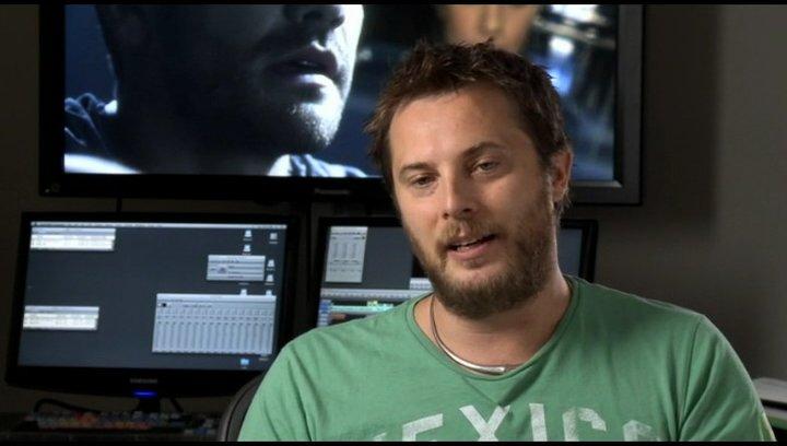 Duncan Jones (Regie) über das Thema Beziehung im Film - OV-Interview Poster