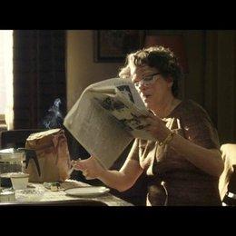 Hannah Arendt entdeckt in der Zeitung - Szene Poster