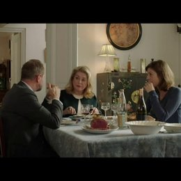 Auch beim näheren Kennenlernen von Sophies Familie, ahnt Marc immer noch nicht, das Sophie Sylvies Schwester ist - Szene Poster