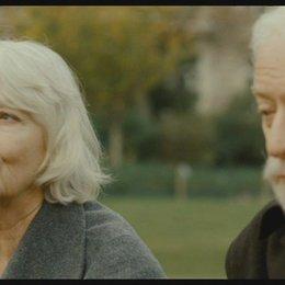 Matthew sitzt auf einer Parkbank und erinnert sich an seine verstorbene Frau Joan (englisch) - Szene Poster