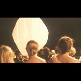 Lampions steigen in den Nachthimmel auf - Szene Poster