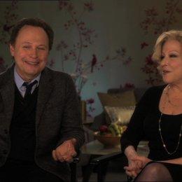 Billy Crystal (Artie Decker und Produzent) mit Bette Midler (Diane Decker) über den Erziehungsstil - OV-Interview Poster
