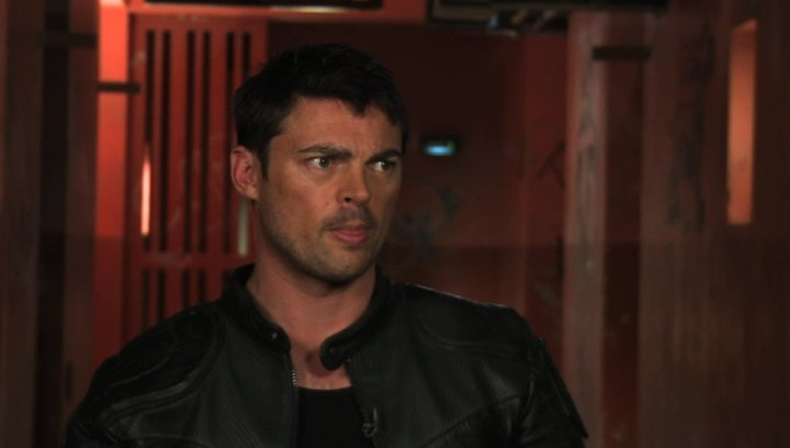 Karl Urban on dredds character - OV-Interview Poster