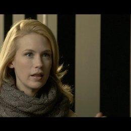 January Jones - Elizabeth Harris - über den internationalen Aspekt der Produktion - OV-Interview Poster