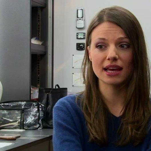 Julia Hartmann über die Beziehung zwischen Sarah und Hannes - Interview Poster