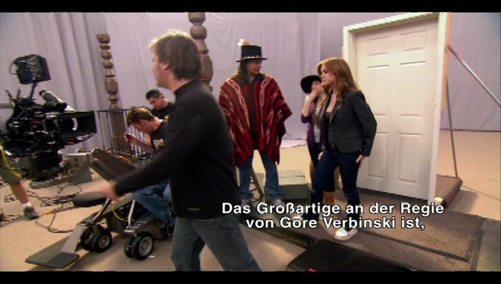 """Johnny Depp zeigt, wie mit """"Emotion Capturing"""" sein Schauspiel zur Vorlage für die Animationen wurde. - Featurette Poster"""