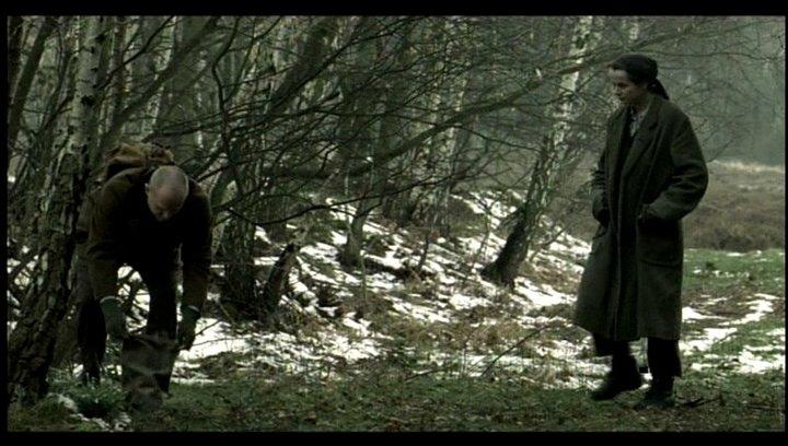 Anton und Eugenia sammeln Heilkräuter im Wald - Szene Poster