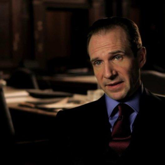 Ralph Fiennes über die Ausgangssituation zwischen Mallory und M - OV-Interview Poster
