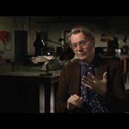 GARY OLDMAN -George Smiley- über die Code-Namen - OV-Interview Poster