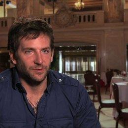 Bradley Cooper - Richie DiMaso - über die Zusammenarbeit mit Christian Bale Amy Adams und Jeremy Renner - OV-Interview Poster
