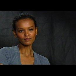 LIYA KEBEDE (Darstellerin von Waris Dirie im Film) über ihr erstes Zusammentreffen mit Waris Dirie - Interview Poster