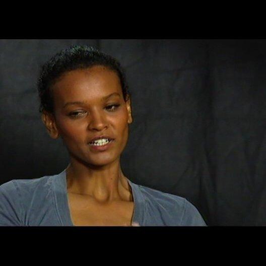 LIYA KEBEDE (Darstellerin von Waris Dirie im Film) über die Freundschaft zwischen Marylin und Waris - OV-Interview Poster