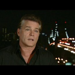 Ray Liotta über die Improvisation am Set - OV-Interview Poster