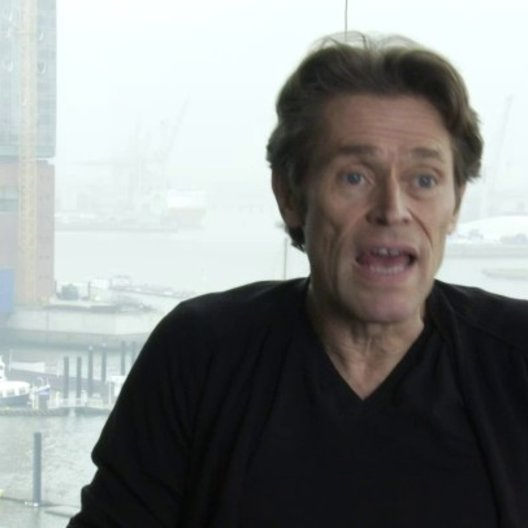 Willem Dafoe - Tommy Brue - über das Buch und das englische Wetter in Hamburg - OV-Interview Poster