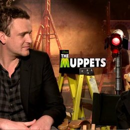 Jason Segel (Gary) und Walter über die Arbeit mit Kermit und Miss Piggy - OV-Interview Poster