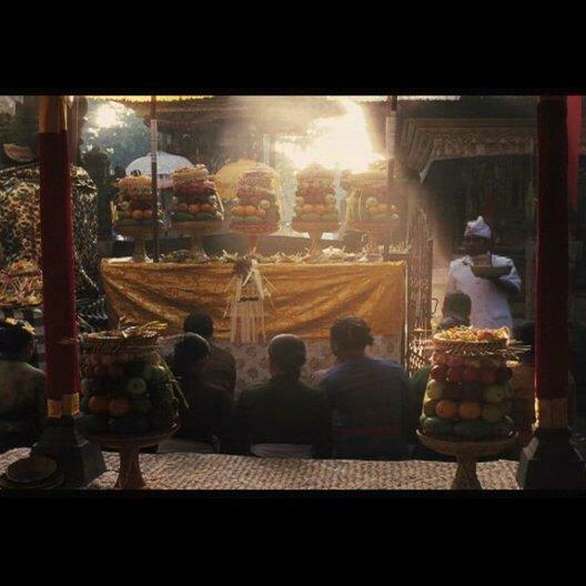 Liz und Felipe gehen auf Bali auf einen Markt - Szene Poster