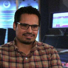 Michael Peña -Tito - über die Schneckenrolle und das Schneckenrennen - OV-Interview Poster