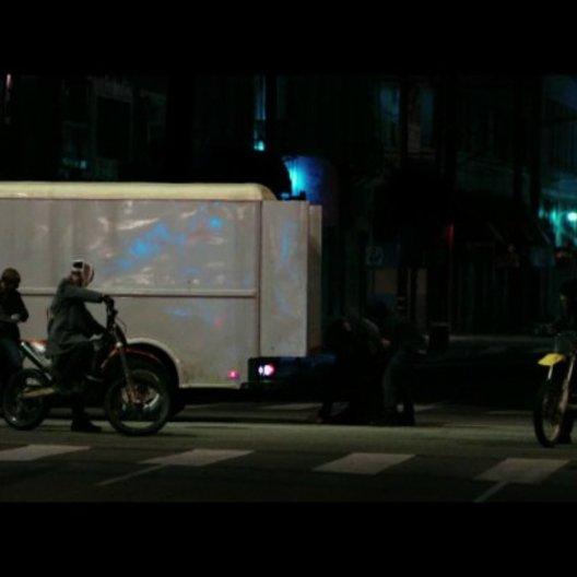 Die Gruppe nimmt eine Abkürzung durch die Stadt - Szene Poster