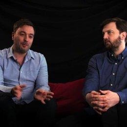 Damon Beesley & Iain Morris über die Reaktionen der Einwohner an den Drehorten - OV-Interview Poster