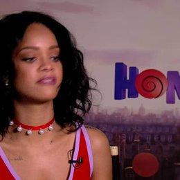 Rihanna über den Unterschied zwischen synchronisieren und singen - OV-Interview Poster