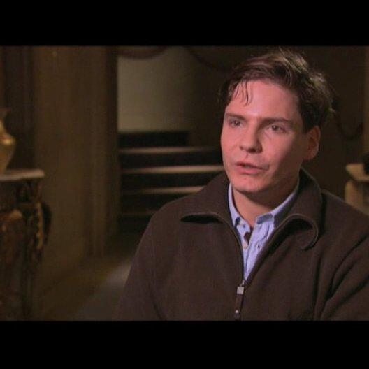 Daniel Brühl über die Besetzung mit deutschen Schauspielern - Interview Poster