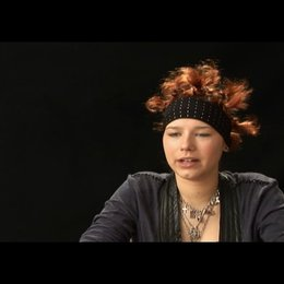 Selina Shirin Müller (Hanna) über die Freundschaft der drei Mädchen - Interview Poster