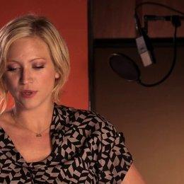 Brittany Snow über die Zusammenarbeit mit Anna Kendrick - OV-Interview Poster