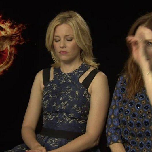 Julianne Moore - Praesidentin Coin - und Elizabeth Banks - Effie Trinket - über den übrigen Cast - OV-Interview Poster