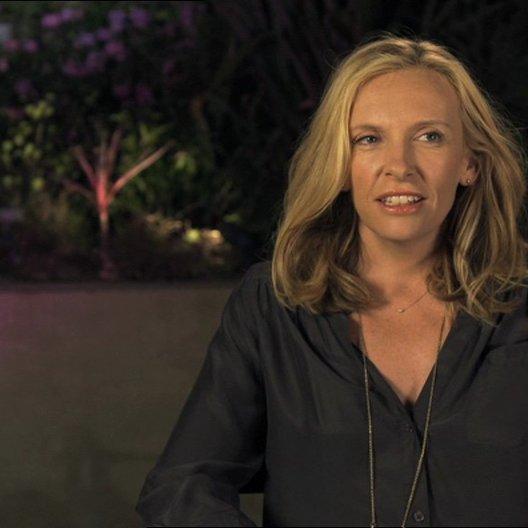 Toni Collette - Sarah - über ihre Arbeit mit Nicole Holofcener - OV-Interview Poster