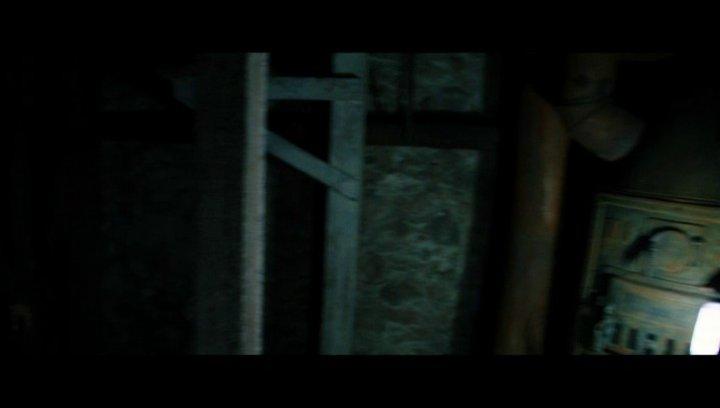 Die Gruppe sucht nach einem versteckten Raum im Keller - Szene Poster