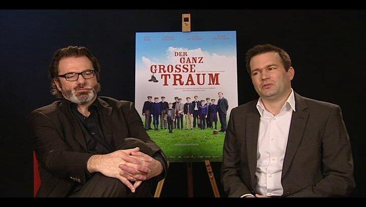 Anatol Nitschke und Raoul Reinert (Produzenten) über den Reiz des Stoffs - Interview Poster