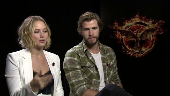 Jennifer Lawrence - Katniss Everdeen - und Liam Hemsworth - Gayle Hawthorne - über die Sets - OV-Interview Poster