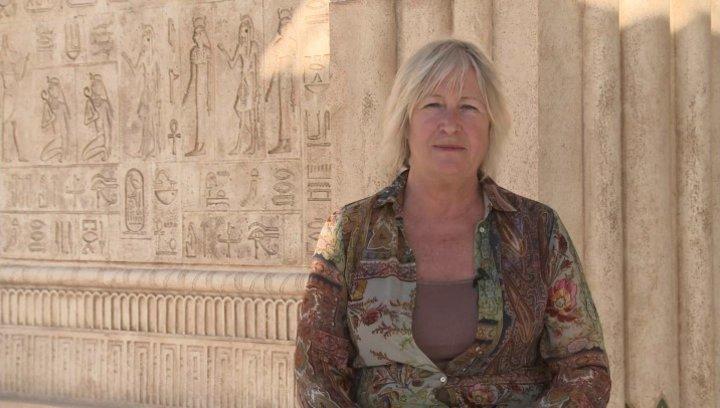 Janty Yates über das ankleiden von Miriam und Tuya - OV-Interview Poster