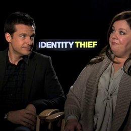 Jason Bateman und Melissa McCarthy über die Zusammenarbeit am Set - OV-Interview Poster