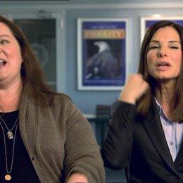 Sandra Bullock - Ashburn - und Melissa McCarthy  -Mullins - über ihre Chemie - OV-Interview Poster
