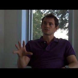 Hugh Dancy (Ted) über die Beziehung zwischen Ted und Lucy - OV-Interview Poster