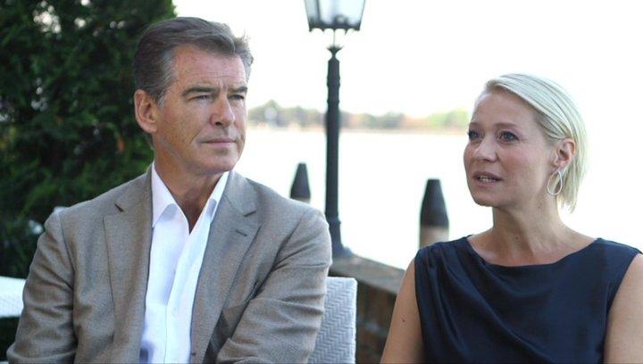 Pierce Brosnan und Trine Dryholm über den Film - OV-Interview Poster