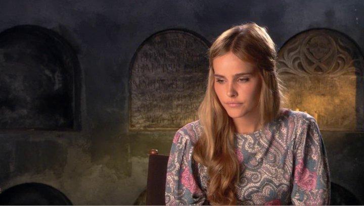 Isabel Lucas über Athenas Beziehung zu Zeus - OV-Interview Poster