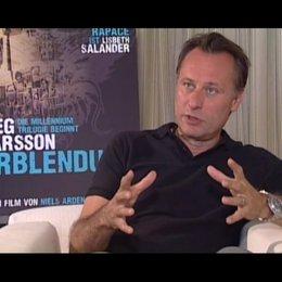 Michael Nyqvist über die Besonderheit, eine so populäre Figur wie Mikael Blomkvist zu spielen - OV-Interview Poster