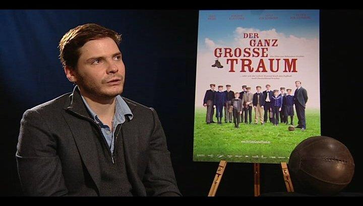 Daniel Brühl (Konrad Koch) über seinen ersten Kontakt mit dem Projekt - Interview Poster