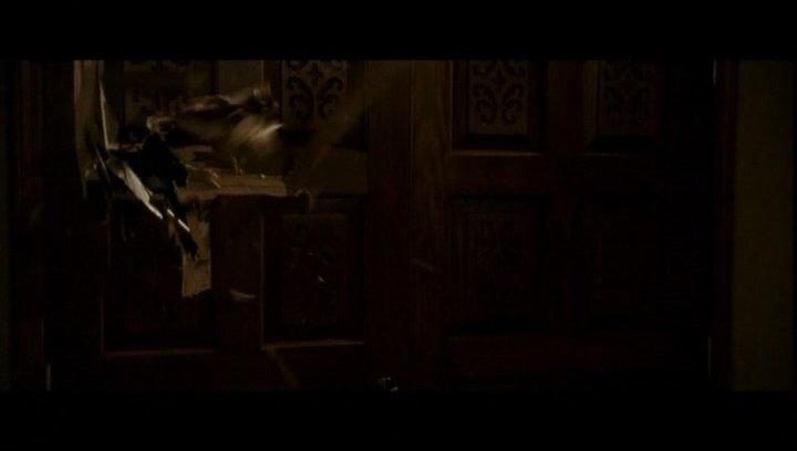 Kristen und James verschanzen sich im Haus - Szene Poster