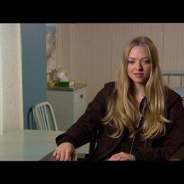 "Amanda Seyfried - ""Jill"" / über ""Jills"" Reise durch den Film - OV-Interview Poster"