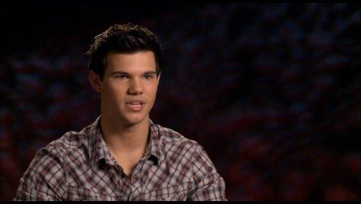 Taylor Lautner (Jacob Black) - über die Entwicklung von Jacob 1 - OV-Interview Poster